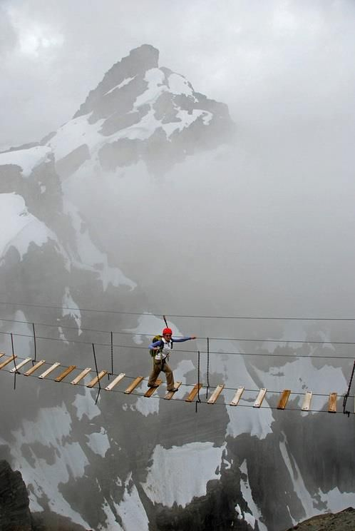 Puente colgante en el monte Numbus, Canadá