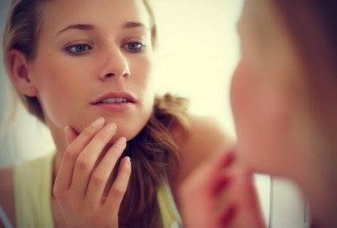 Οδοντόκρεμες για τη θεραπεία ακμής  Σήμερα ακούμε συχνά ότι οι άνθρωποι χρησιμοποιούν οδοντόκρεμα για τα σπυράκια. Ο λόγος που οι άνθρωποι εφαρμόζουν οδοντόκρεμες είναι επειδή περιέχουν Triclosan, το οποίο είναι γνωστό ότι είναι αντιμυκητισιακό και αντιβακτηριδιακό. Είναι ένα δραστικό συστατικό πολλών κρεμών κατά της ακμής, αποσμητικών, σαπουνιών και αφρόλουτρων. Δεν είναι παρά μια φθηνή θεραπεία ... Δείτε περισσότερα
