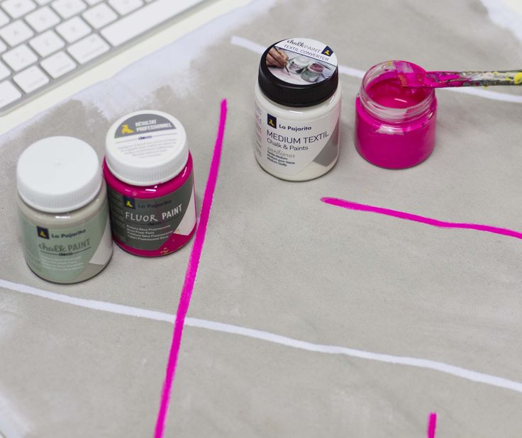 Y como algunos habéis adivinado...el siguiente paso en la decoración es utilizar el color Magenta de Fluor Paint. Eso sí, con Medium Textil lo hemos transformado en pintura para tela, al igual que ya hicimos en el primer paso con Chalk Paint. Con un pincel fino rellenamos la reserva que hicimos con la cinta, así las líneas saldrán más rectas y tendremos una guía, siendo así mucho más fácil que hacerlo a mano alzada  #paint #fluor #tela #chalkpaint #lapajarita #pinturaslapajarita…