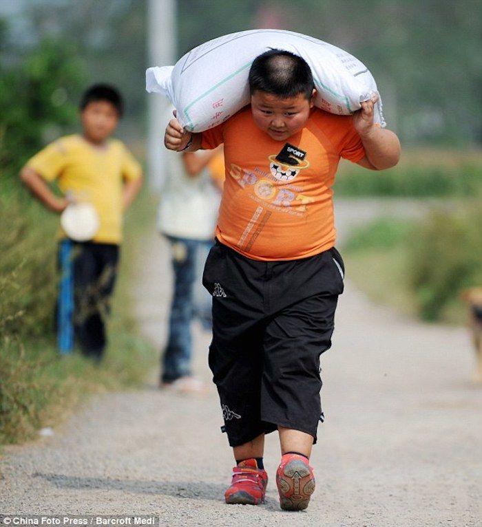 Yang Jinlong Demuestra Su Fuerza Cargando Pesados Sacos De Grano Los Niños Más Fuertes Del Mundo Niños Mas Fuerte Fuerte