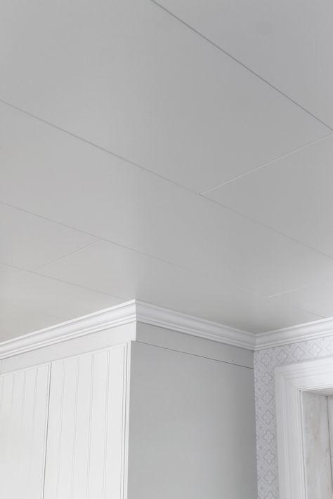 Premium innertak är framtagen efter hantverkarens önskemål. Den tillverkas i högklassig MDF-board och har mycket god passform. Skivan är färdigmålad med miljömärkt färg i brutet vitt med låg glans, borstad yta som liknar en penselmålad struktur.   Premium innertak passar lika bra i badrum och tvättstugor som i övriga rum.  Enkelt att montera med vår egen unika MDF-skruv, både på plant underlag och på glespanel c/c 300-600 mm.