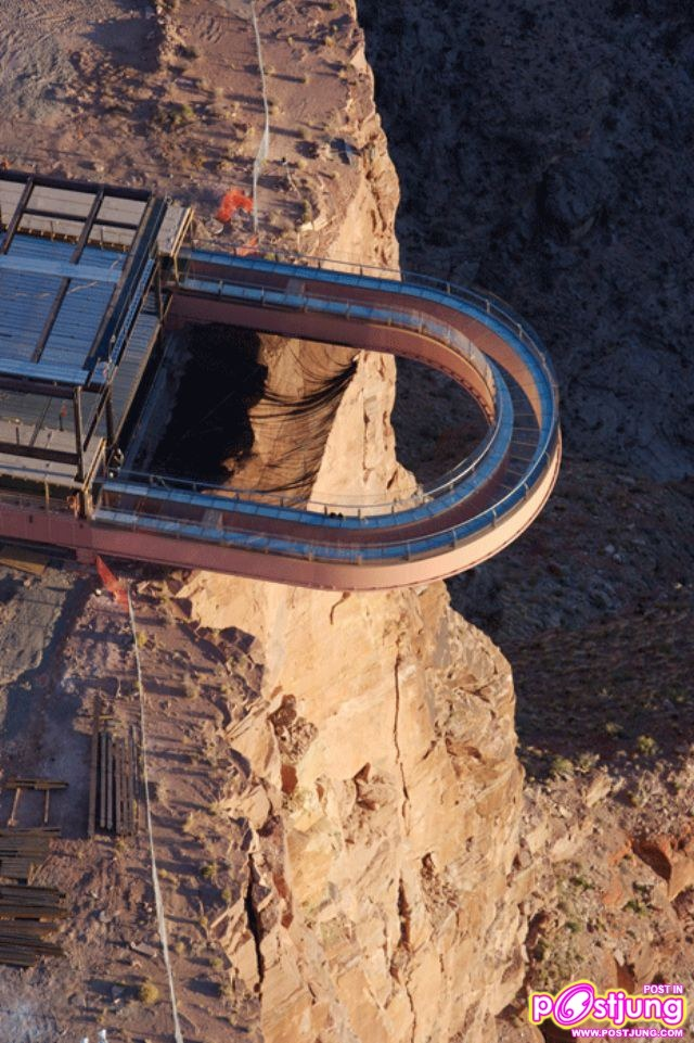 Grand Canyon Skywalk.- Construido en forma de herradura y suelo transparente, este mirador situado en la parte oeste del Gran Cañón ofrece unas vistas espectaculares de las gargantas a 240 metros sobre el suelo.
