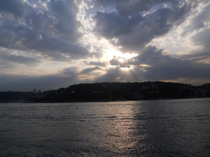 İstanbul Boğazı akşam vakti.