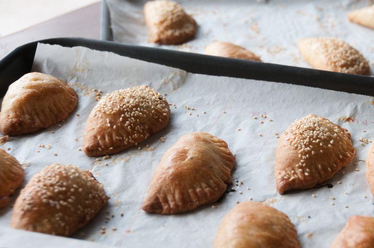 Ευχαριστούμε το μέλος Στέλλα Βαξεβάνη για την απλή και ταυτόχρονα υπέροχη συνταγή της για πιτάκια με φύλλο κουρού!!!!     Προθερμαίνουμε το φούρνο στους 180 βαθμούς. Κο...