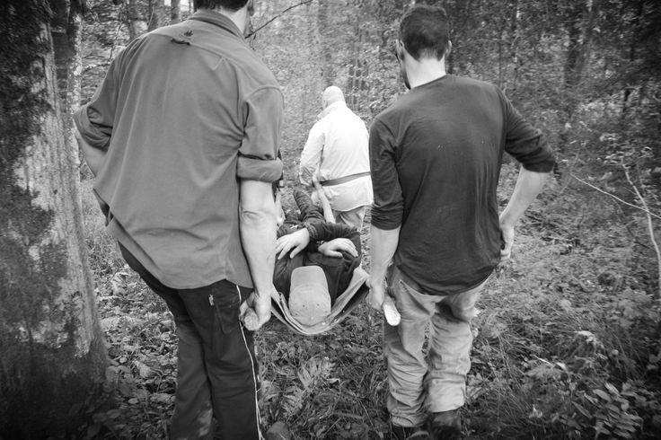 In diesem outdoor Erste-Hilfe-Kurs geht es hauptsächlich um das Vermeiden und Behandeln von Verletzungen, die outdoor während eines Krisen- oder Katastrophenfalls auftreten können. Das Wissen der outdoor Erste-Hilfe soll Sie unterstützen, fernab von ärztlicher Hilfe und medizinischer Versorgung kleine Wunden und Operationen selbst durchzuführen und sich und anderen im Notfall  zu helfen.
