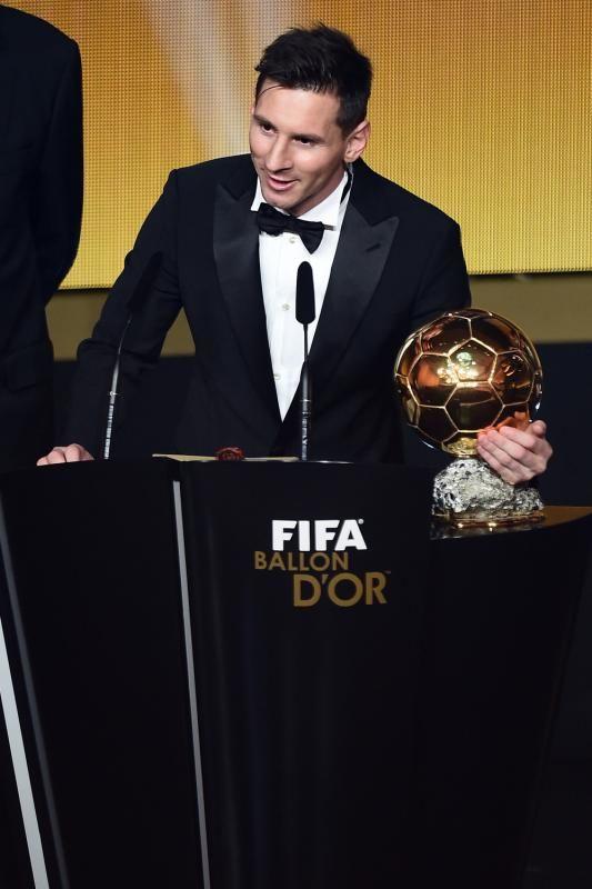 Lionel Messi wins the 5th Ballon d'Or. Lionel Messi è entrato nella storia grazie alla vittoria del suo quinto Pallone d'Oro. Il giocatore ha superato la concorrenza di Cristiano Ronaldo.