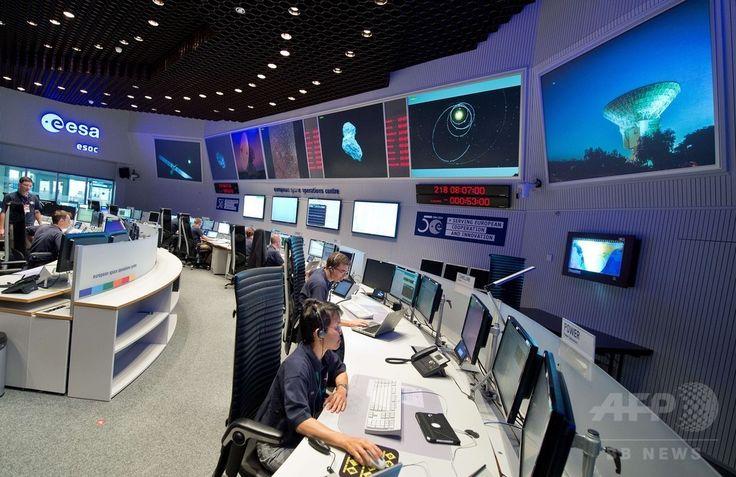 ドイツ西部ダルムシュタット(Darmstadt)の欧州宇宙機関(European Space Agency、ESA)管制室で彗星探査機ロゼッタ(Rosetta)の飛行を監視する科学者ら(2014年8月6日撮影)。(c)AFP/DPA/BORIS ROESSLER ▼6Aug2014AFP|探査機ロゼッタ、彗星とランデブー 10年越しの追跡 http://www.afpbb.com/articles/-/3022477 #Darmstadt #European_Space_Agency
