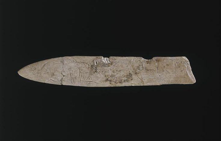 Lissoir en os gravé figurant quatre ours provenant de la grotte de la Vache, Magdalénien, 12 cm de long © RMN-GP (MAN) / D.Arnaudet En savoir plus sur l'ours : http://musee-archeologienationale.fr/lours-dans-lart-prehistorique-0