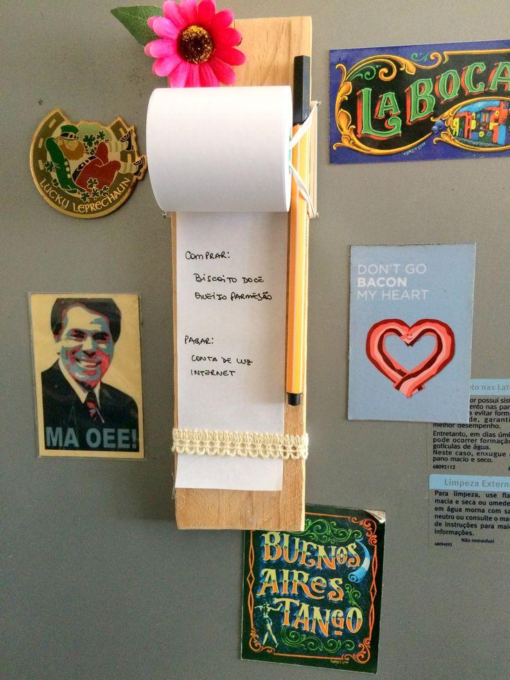 Que tal agora fazer você mesmo um porta-recados de geladeira utilizando bobina de papel? O efeito é gracioso e a ideia é perfeita para organizar a semana
