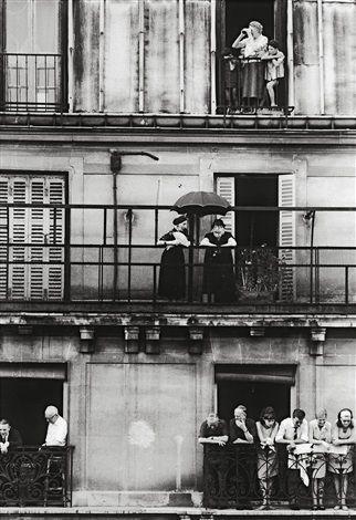 Riverains au balcon, enterrement Maurice Thorez, Paris by William Klein
