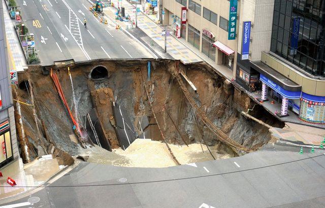 博多駅前の道路20m陥没、周辺は停電 地下鉄の工事中