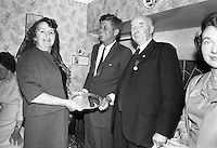 1963. 26 Juin. Kennedy in Ireland. President Kennedy visits the homestead of his great-grandfather at Dunganstown, Co. Wexford and drinks a cup of tea with the present owner of the cottage, a second cousin of the President, Mrs. Mary Ryan (neé Kennedy)