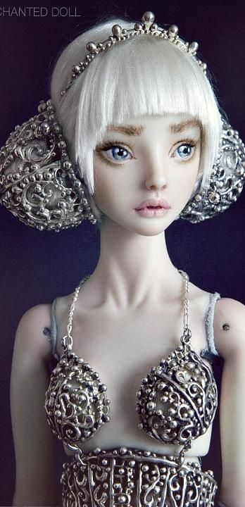 Золушка. Авторская кукла Марины Бычковой Хотя многие называют Марину русской художницей, всё же больше половины своей жизни она прожила в Канаде, где и творит, по сей день, свои уникальные шедевры. ...