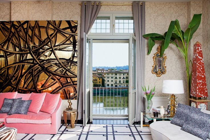 Настроение в гостиной задают розовый диван американского мебельщика Владимира Кагана и золотое панно абстракциониста Аарона Янга
