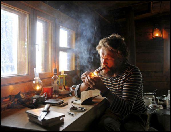 Sylvain Tesson est un aventurier qui a parcouru le monde. Et puis, il a décidé de s'arrêter, de cesser de vadrouiller pendant quelques mois. Une confrontation au vide et au silence,…