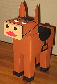 Knutselwerkje paard van oude kartonnen dozen.