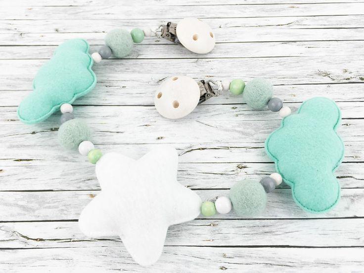 Diese süße **Kinderwagenkette** ist der Blickfang am Kinderwagen und eine bezaubernde **Geschenkidee zur Geburt oder Taufe eines Babys**. Die Kinderwagenkette ist aus Filz und Perlen in Mint,...