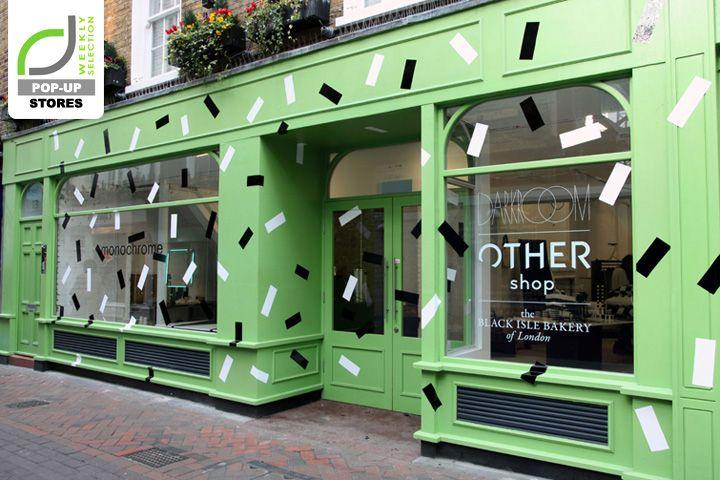 Me parece una fachada muy original y divertida por el color y las marchitas, no es algo muy visto. Alberto Soto.   POP-UP STORES! Monochrome pop-up store, London – UK