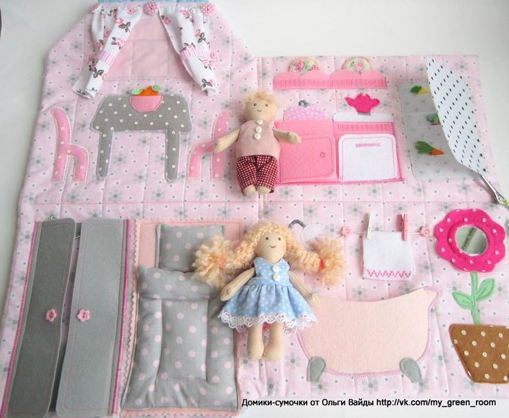 Travel cloth doll house and dolls