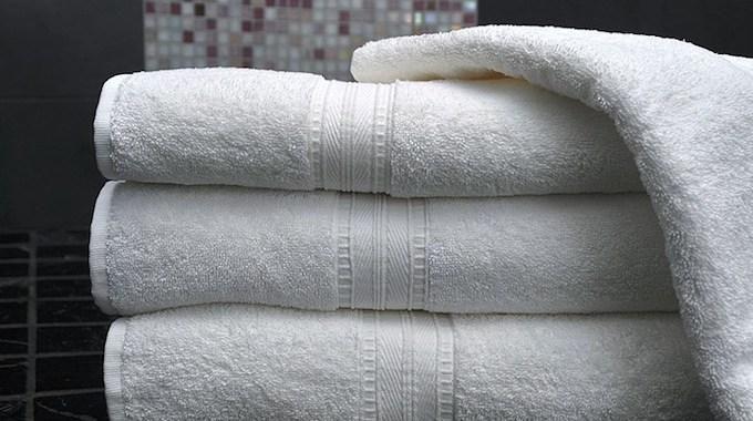 Au fil des lavages, les serviettes de bain perdent leur pouvoir d'absorption. Pourquoi ? C'est dû en grande partie au dosage de la lessive. Les dosages indiqués sur les paquets de lessive s