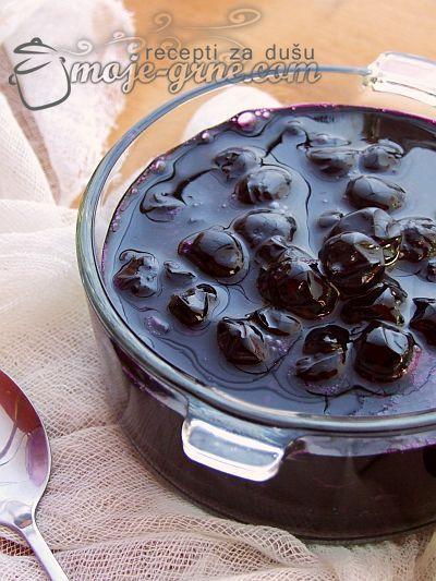 Potreban materijal: 1kg bobica aronije 1kg šećera 200ml vode vanilin šećer rozetla limun Priprema: Šećer ušpinovati sa vodom, a zatim dodati očišćenu i opranu aroniju. Na jakoj vatri kuvati uz povremeno mešanje i kada počnu da se pojavljuju mehurići, kuvati još desetak minuta pa skloniti sa vatre. Nakvasiti kuhinjsku salvetu i pokriti šerpu. Ostaviti da …