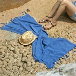 Mavi Plaj Peştemali - Ebat: 60 x 150cm  Renk: Mavi  Kumaş Türü: % 100 Pamuk    Paket İçeriği: 1 Peştemal  Ürün Özelliği: Taşlama yönteminin uygulandığı peştemaller sizlere sunuluyor. Yüksek su emişi, kolay kuruması, inceliği ve rahat taşıma özellikleri ile Evde, plajda ve seyahatlerinizde kullanabileceğiniz şık bir üründür.