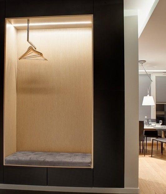 Aranżacja przedpokoju -  praktyczne siedzisko (miękka, pikowana tapicerka) z szufladami oraz wieszakiem na ubrania. Ciekawa alternatywa dla tradycyjnej szafy.