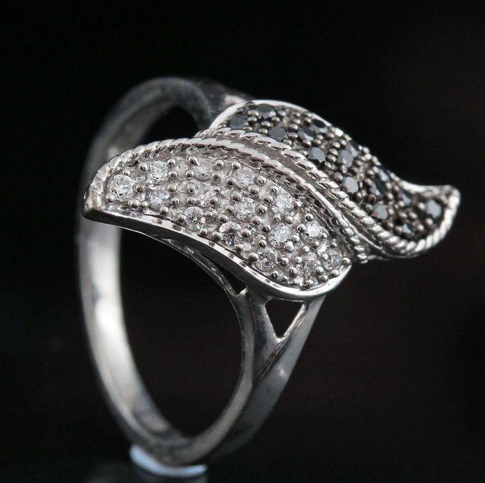 Sterling silver diamond ring totale 026 ct  Sterling silver diamond ring totale 0.26 ct.Sterling zilver wit 925 hallmarked.Ring set met briljant geslepen zwarte en witte diamanten totale 026 ctColour:(G-H) Top Wesselton-Wesselton Duidelijkheid: SI1-SI2.Totaal gewicht: 230 gr.Sterke schittering.Ringmaat: 54.Item stuurt sieraden cadeau doos en verzekerde vervoer.232 / r06326.  EUR 1.00  Meer informatie