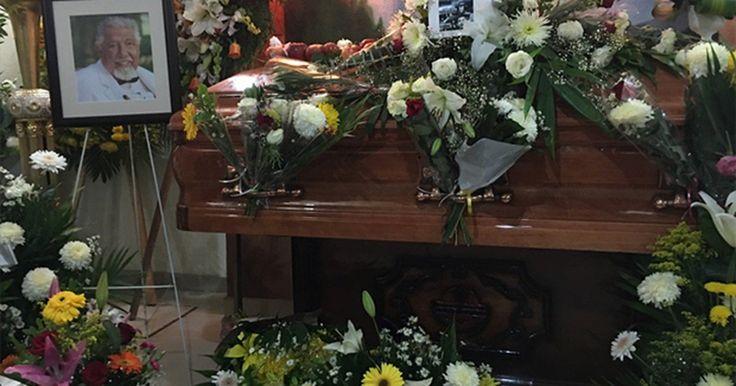 Caixão de Rubén Aguirre, o Professor Girafales, é coberto por maçãs e flores