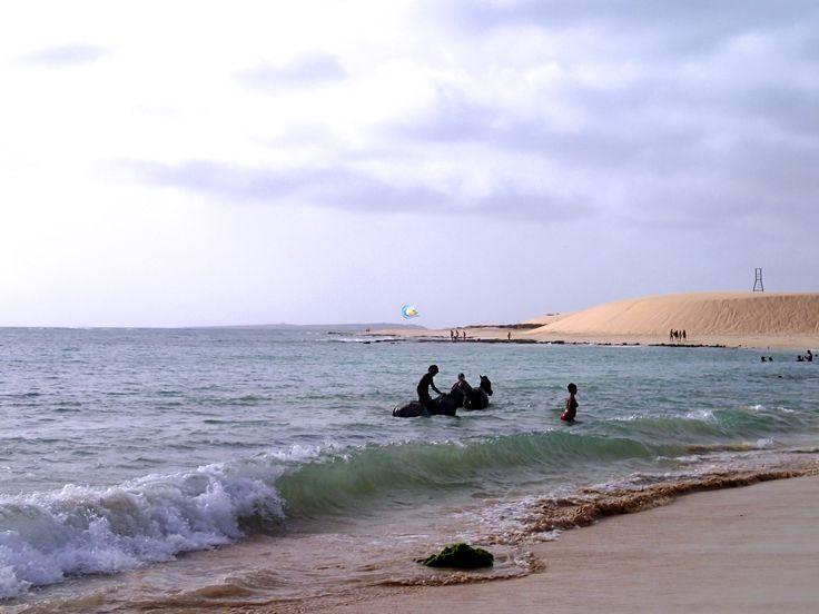 Auch das ist #BoaVista. Getreu dem Motto no stress vergnügen sich hier die Einheimischen am #Strand #PraiadeChaves. Dabei bringen Sie manchmal auch ihre #Pferde mit um ihnen auch eine Erfrischung zu gönnen. Nur keine falschen Rückschlüsse, die Insulaner sind sehr zurückhaltend und die Pferde sind sehr zahm.