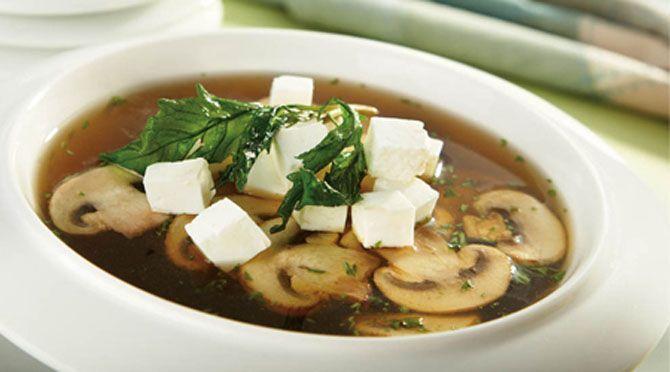 La sopa de champiñones, tradicional de la comida mexicana, obtiene su inigualable sabor del epazote, el ajo y el chile chipotle. Pruébala!