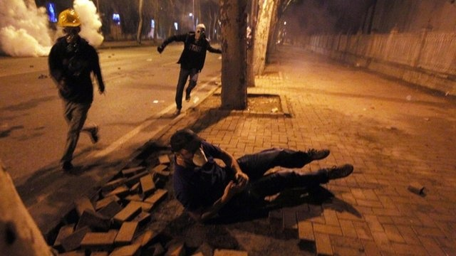 BBC News - Turkey protests: Clashes rage in Istanbul's Besiktas