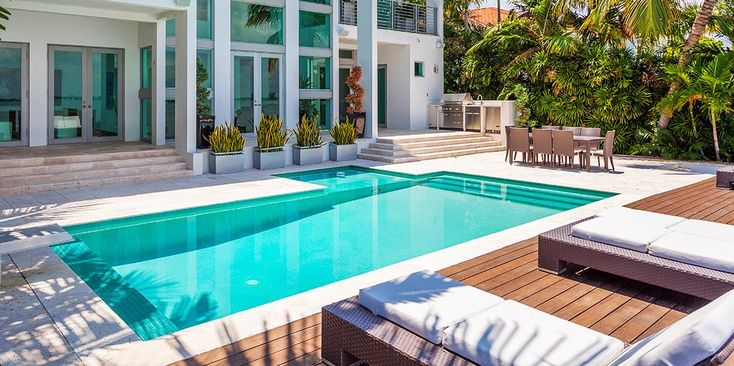 Looking to exchange this cool Fall weather for some warm Tropical weather? Well, Miami is always a great place to do just that, and today we've got the perfect destination for your next vacation. Today we get a look at The Venetian Villa In Miami, Florida. This beautiful retreat offers up room for twelve, rocking