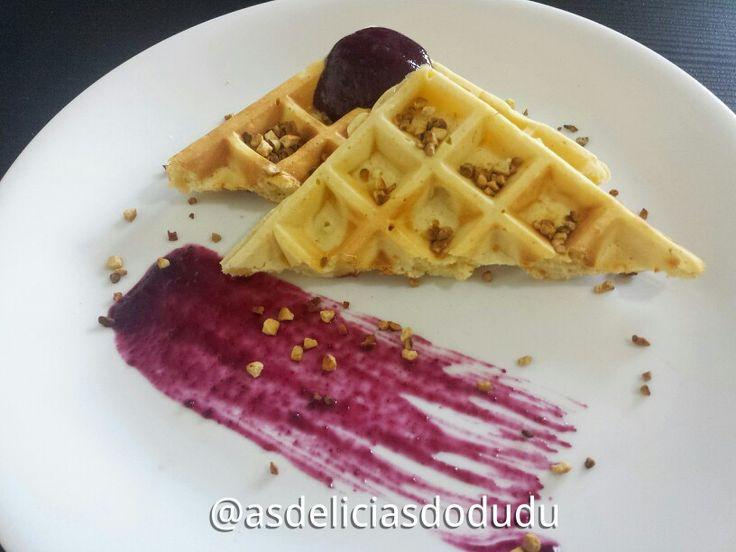 Waffle com geléia de uva caseira, castanha de caju tostada.
