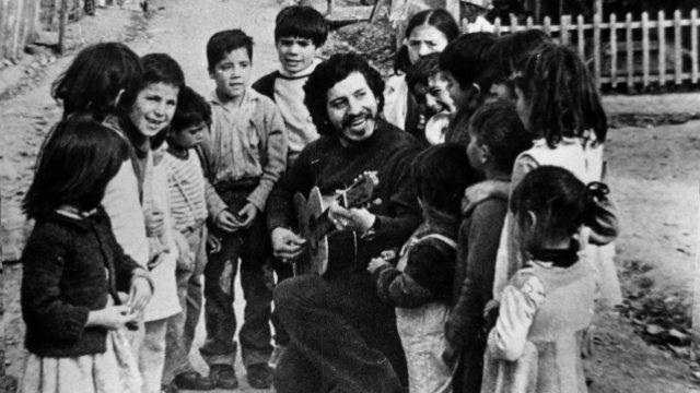 A 41 años de la muerte de Víctor Jara: 110 fotos suyas que quizá no conoces ~ WEBGUERRILLERO