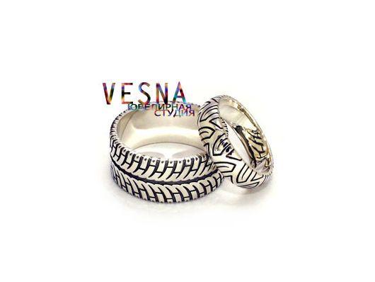 Эксклюзивные полновесные обручальные кольца из белого золота `Скорость`.