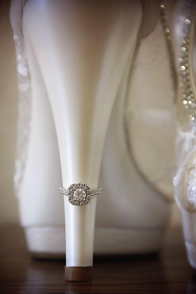 Fotos das Alianças. Inspirações: Detalhes da noiva. Vestido e acessórios da noiva são itens pensados com todo carinho e cuidado. Que tal eternizá-los na fotografia junto com as alianças?