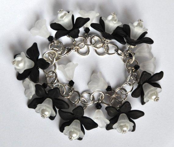 Bracciale floreale, dai colori neutri, con fiori in bianco e in nero. Delicato e ideale ad ogni età. Per chi vuole avere un assaggio della primavera