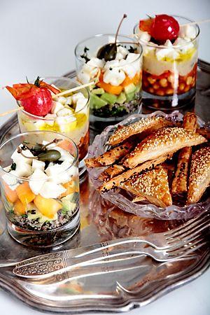 Талантливый французский булочник-кондитер, наш современник, Филипп Контисини произвел фурор в области десертов своими муссами, кремами и мороженым удивительного вкуса и необыкновенной расцветки. Именно он первым предложил подавать десерт в специальной посуде из толстого стекла без ножки, называемой верином (verrine). Выложенные цветными слоями в прозрачные стаканчики объемом 70-150 мл, его десерты выглядели великолепно. Постепенно и другие …