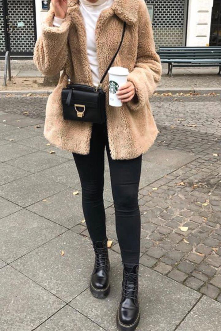 e9be938d32a Mode femme automne hiver avec un manteau court beige en peluche et des Doc  Martens
