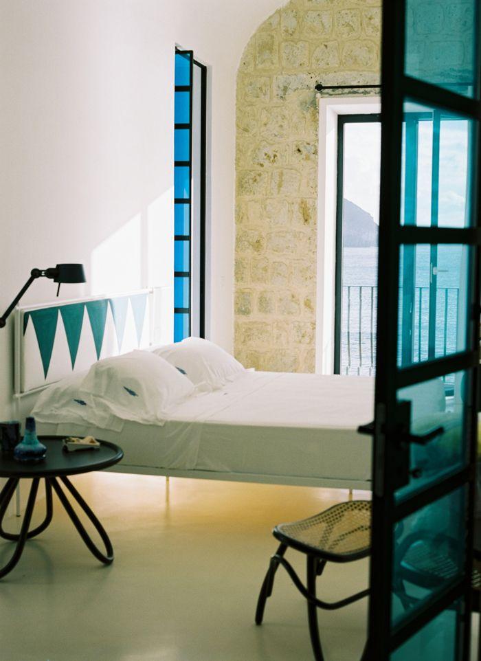 Un Hotel Face A La Mer A Ischia Chambres Rustiques Modernes Architecte Interieur Chambre Rustique