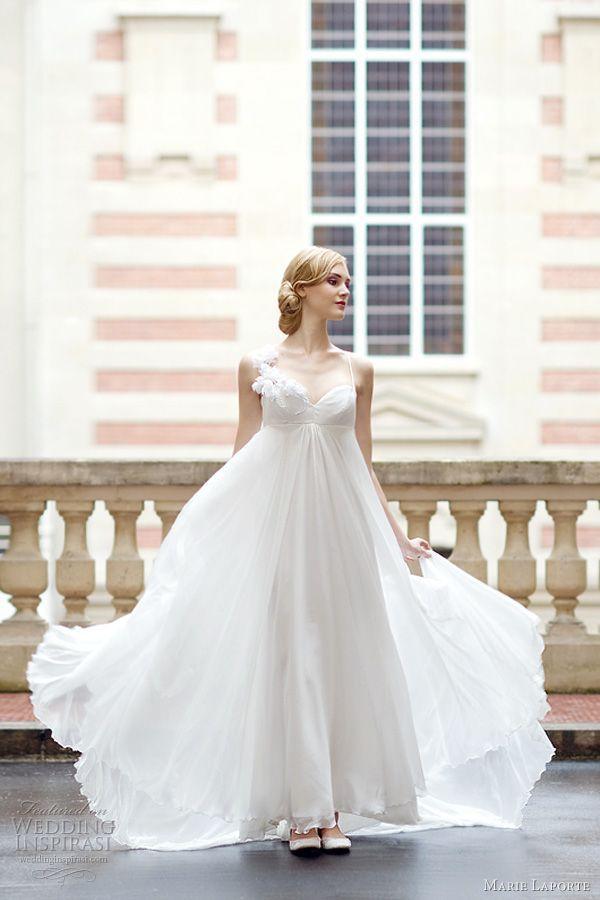 風が吹くと柔らかくひらひらと揺れる感じが可愛らしいドレープたっぷりなエンパイアドレス♡花嫁衣装に着たいエンパイアウェディングドレスのまとめ一覧♡