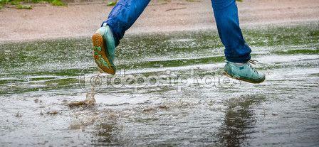 Женщина в кеды, прыжки в луже. Закрыть вверх выстрел ножки в обувь с брызги воды — Стоковое фото © kulkann #118254964