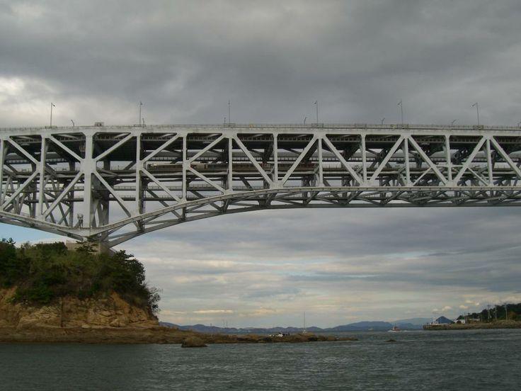 Yoshima Bridge: ponte a travatura reticolare a due piani con una campata principale di 246 metri e un totale di cinque campate con una lunghezza di 847 metri.