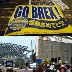 Bリーグ初代王者栃木ブレックスの優勝パレードと報告会を観に宇都宮まで行ってみましたが結局生で観ることはできませんでした  それもそのはずパレードに訪れた人が主催者発表で3万人で報告会の行われたオリオンスクエアという商店街の中にある市民広場が入場規制となる事態となりました  それだけブレックスが栃木県民にとって誇りとなる存在だということを示したということでしょう  実際報告会会場の周りに少しでも観ようと多くの人が集まり商店街はいわばお祭り状態となっていました  来シーズン以降も宇都宮の中心で優勝パレードが開けるようにブレックスの選手達には頑張って貰いたいものです  #栃木ブレックス #宇都宮 #優勝パレード #Bリーグ #バスケ tags[栃木県]