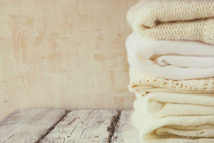Ben je op zolder kartonnen dozen vol oude kleding tegengekomen? Weggooien kan je niet over je hart krijgen, maar met zo'n muffe geur kan je de kleren niet aantrekken. Je hebt ze al tig keer gewassen, maar toch blijft er een muf luchtje hangen. Wat kan je doen? Hoe kan je nu voorgoed een muffe geur uit kleren verwijderen? Wij hebben gelukkig een aantal goede tips!