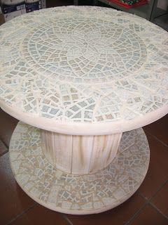Mesas feitas com carretel reciclado