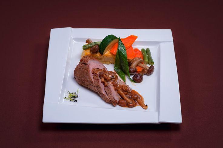 FEL PRINCIPAL Mușchiuleț de porc la cuptor Baghetă de cartof piure Legume Jardiniere Sos brun cu ciuperci