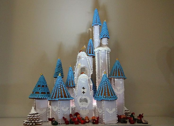 Piparkakusta valmistettu Tuhkimon linna.