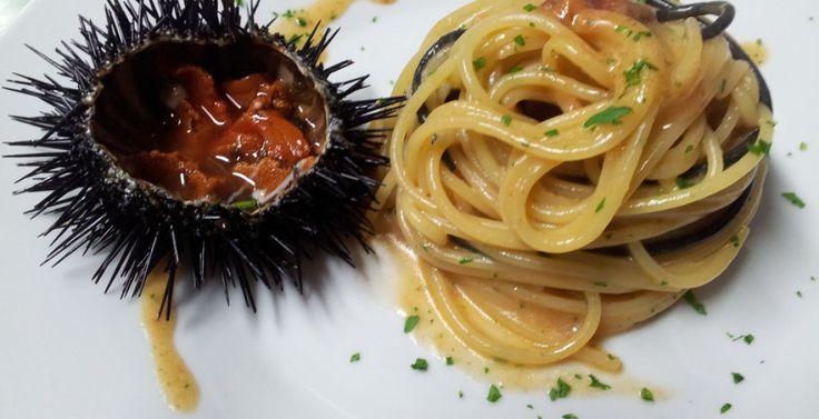 Il riccio di mare commestibile è (quello che comunemente si dice) la femmina, riconoscibile dai caratteristici colori che variano dal marrone rossiccio al violaceo. È bene tuttavia chiarire che i ricci non sono ne maschi ne femmine in quanto ermafroditi. SPAGHETTI CON RICCI DI MARE LA RICETTA PER SEI PERSONE 600 grammi di spaghetti J-MOMO 60/70 ricci di mare 2 spicchi d'aglio Olio extravergine d'oliva ½ bicchiere di vino bianco sale, pepe bianco macinato al momento q.b. un mazzetto di…